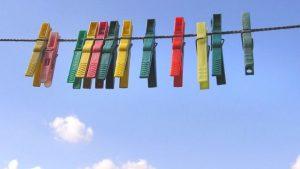 Pinzas de diferentes colores colgadas de un tendal