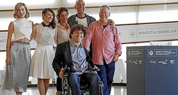 El director Jordi Solé (segundo por la derecha), con los intérpretes y productores de 'Vivir y otras ficciones'