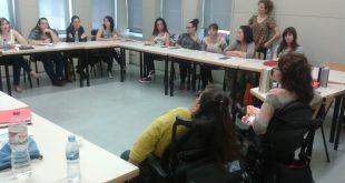Sala de reuniones durante una charla
