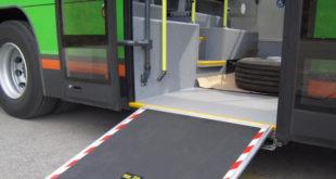 Autobús con rampa de acceso