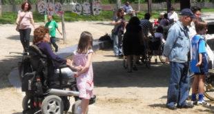 Mujer en silla de ruedas en un parque