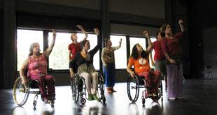 Escena de baile con varias personas en silla de ruedas