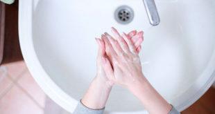 Persona lavándose las manos