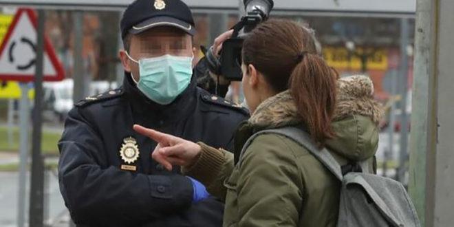 Mujer hablando con un policia