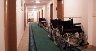 Sillas de ruedas en los pasillos de una institución