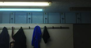 """alt=""""Trans en los baños del gym. Foto"""
